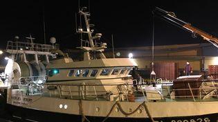 """Le bateau """"Nicolas et Jérémy"""" décharge le produit de sa pêche, dans le port de Boulone-sur-Mer, le 27 février 2019. (NOEMIE BONNIN / RADIO FRANCE)"""