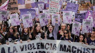 Espagne : les espagnoles étaient en grève générale, et manifestant ici à Madrid pour la journée internationale des droits des femmes, le 8 mars 2019. (BURAK AKBULUT / ANADOLU AGENCY / AFP)