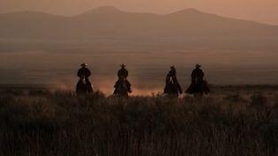 Aux États-Unis, dans les grandes plaines du Far West, les cowboys se font de plus en plus rares, remplacés par de luxueux complexes folkloriques témoignant d'un mode de vie en voie de disparition. (FRANCE 2)