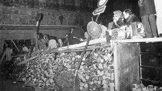 11 mai 1968, Paris. Des étudiants derrière une barricade pendant une confrontation avec la police. (BETTMANN ARCHIVE / GETTY IMAGES)