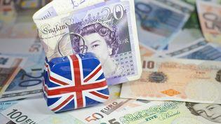 Des billets en euros et en livres sterling symbolisent l'après Brexit. (JEAN-LUC FL?MAL / MAXPPP)