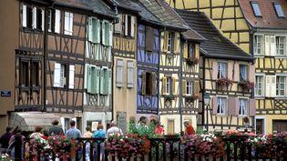 Dans la veille ville de Colmar (Haut-Rhin), sur les bords du canal avec ses maisons à colombage, en août 2020. (PHILIPPE ROY / AFP)