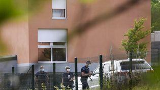 Des gendarmes cherchent des preuves après l'attaque au couteau vendredi contre une policière municipale en Loire-Atlantique, le 29 mai 2021. (SEBASTIEN SALOM-GOMIS / AFP)