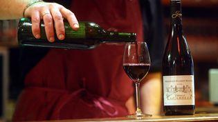 Les Français consomment en moyenne 86 litres de vin par an aujourd'hui, contre 257 litres en 1961, selon le baromètre 2013 de la consommation d'alcool en France publié le 11 avril 2013. (SAMI BELLOUMI / MAXPPP)