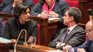La ministre du Travail, Myriam El Khomri, et le Premier ministre, Manuel Valls, discutent le 30 mars 2016 à l'Assemblée nationale, à Paris. (CITIZENSIDE / YANN KORBI / AFP)