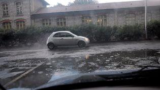 Une voiture sous la pluie à Nîmes, le 16 septembre 2016. (LYDIA CHASSIER / MAXPPP)