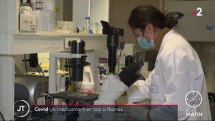 Une chercheuse dela société Xenothera. (France 2)