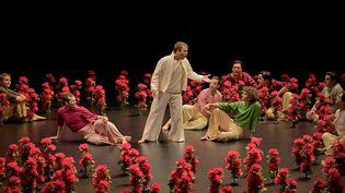 """Orphée (Marc Mauillon) avec les joyeux bergers, dans l'opéra""""L'Orfeo""""de Monteverdi, à l'Opéra Comique à Paris. (STEFAN BRION)"""