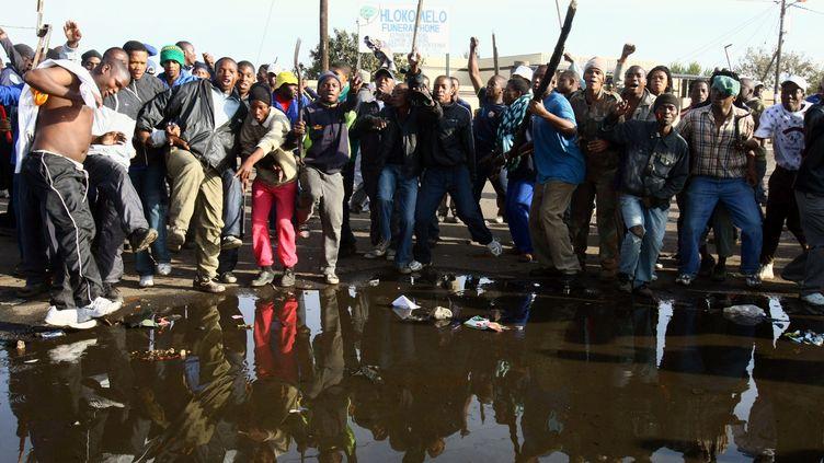 Heurts entre la police et des habitants d'un township près de Johannesburg, le 19 mai 2008, lors de violences xénophobes dans la plus grande ville d'Afrique du Sud. (STRINGER / AFP)