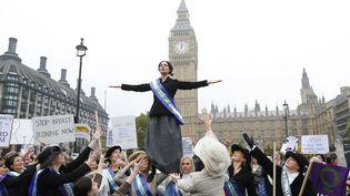 Des féministes déguisées en suffragettes manifestent pour demander l'égalité, à Londres, le 24 octobre 2012. (ANDREW WINNING / REUTERS )