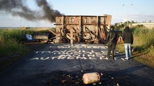 Desgrévistes bloquent l'accès à la raffinerie de Donges, le 23 mai 2016, en Loire-Atlantique. (JEAN-SEBASTIEN EVRARD / AFP)