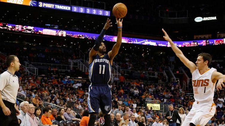 Mike Conley des Grizzlies plante un trois points face à Goran Dragic (Suns) (CHRISTIAN PETERSEN / GETTY IMAGES NORTH AMERICA)