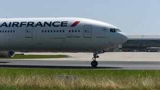 UnBoeing-777de la compagnie aérienne Air France, en juillet 2021 (photo d'illustration). (ERIC PIERMONT / AFP)