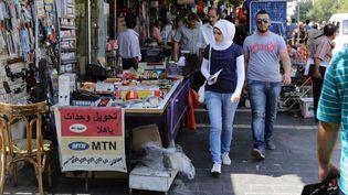 Des Syriens se promènent dans les rues de Damas, le 5 septembre 2013 (LOUAI BESHARA / AFP)
