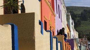 Des résidents dans le quartier historique de Bo-Kaap, dans le centre-ville du Cap, le 25 juillet 2018. (RODGER BOSCH / AFP)