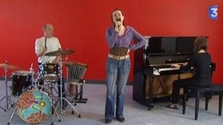 """Barbarie Crespin chante """"C'est ma vie que j'embrase""""  (Culturebox)"""