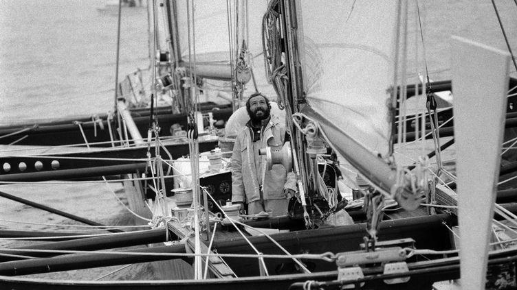 """Le navigateur Alain Colas à bord de """"Manureva"""", le 29 mars 1974 à Saint-Malo (Ille-et-Vilaine) au terme d'une course autour du monde en solitaire. (- / AFP)"""