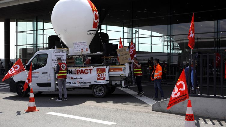 Des employés du groupe Aéroports de Paris manifestent à l'aéroport de Roissy-Charles de Gaulle (Val d'Oise), le 2 juillet 2021. (GEOFFROY VAN DER HASSELT / AFP)