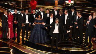 """Les producteurs et l'équipe de """"Green Book"""" fêtentleur victoire à l'Oscar du meilleur film, lors de la 91e cérémonie des Academy Awards, le 24 février 2019 à Hollywood (Etats-Unis). (VALERIE MACON / AFP)"""