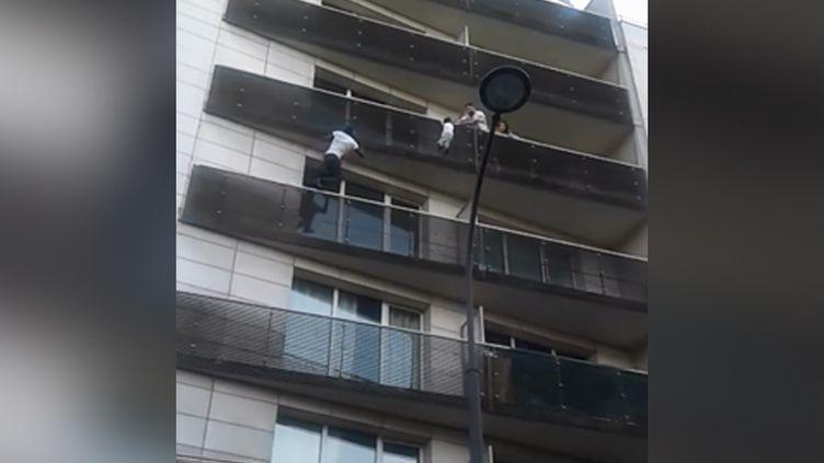 Vidéo repostée sur Facebook montrant un homme escaladant la façade d'un immeuble pour sauver un enfant. (CAPTURE D'ÉCRAN FACEBOOK)
