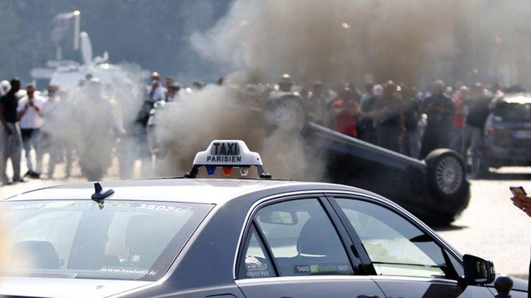 (Les manifestations des chauffeurs de taxi ont souvent été émaillées d'incidents, comme ici à Paris, porte Maillot © Charles Platiau/Reuters)