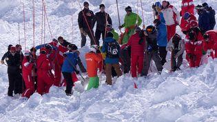 Des volontaires participent aux opérations de secours, après une avalanche mortelle à Tignes (Savoie), le 13 février 2017. (RADIO VAL D'ISERE / AFP)