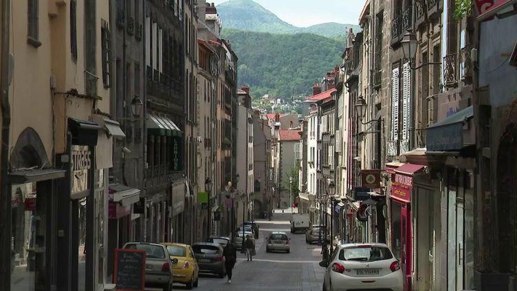 Lundi 11 mai, de nombreux commerces vont rouvrir leurs portes à Clermont-Ferrand (Puy-de-Dôme) mais cela suppose d'instaurer de nombreuses mesures pour assurer une bonne hygiène. (France 2)