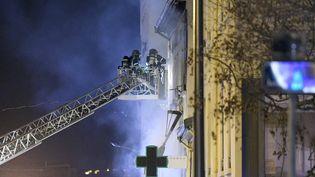 Des pompiers interviennent après un incendie à Lyon,dans la nuit du 9 au 10 février 2019. (MAXPPP)