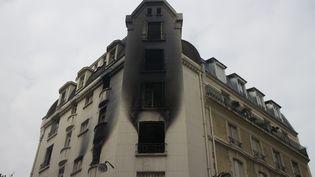 L'immeuble du 15e arrondissement de Paris ravagé par les flammes, samedi 6 septembre 2014 à l'aube. (ONUR USTA / ANADOLU AGENCY / AFP)