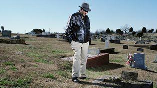 David Baker, 65 ans, devant la tombe de son frère Terry, mort à 16 ans d'une tumeur du cerveau et d'un cancer des poumons causés par l'exposition aux PCB à Anniston.  (rencontre d'Arles Avec l'aimable autorisation de l'artiste.)
