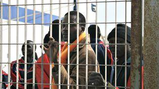 Des migrants dans le port de Lampedusa (Italie), le 24 avril 2015. (GAEL COGNE / FRANCETV INFO)
