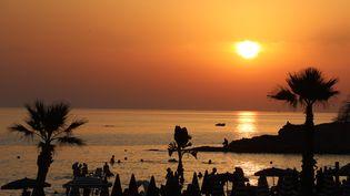 Coucher de soleil sur une plage de Sicile, à Cava d'Aliga (Italie). (LUDOVIC MARIN / AFP)