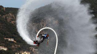 Un homme réalise une démonstration de Flyboard, le 27 juin 2013, à Porto-Vecchio (Corse-du-Sud). (PASCAL POCHARD-CASABIANCA / AFP)