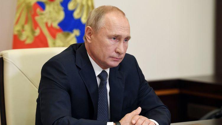 Vladimir Poutine lors d'une réunion avec des membres du gouvernement par visioconférence, depuis sa résidence de Novo-Ogaryovo, en Russie, le 11 août 2020. (ALEKSEY NIKOLSKYI / SPUTNIK / AFP)