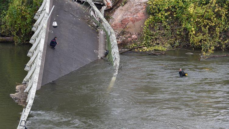 Le pont de Mirepoix-sur-Tarn près de Toulouse s'est effondré lundi 18 novembre. (ERIC CABANIS / AFP)