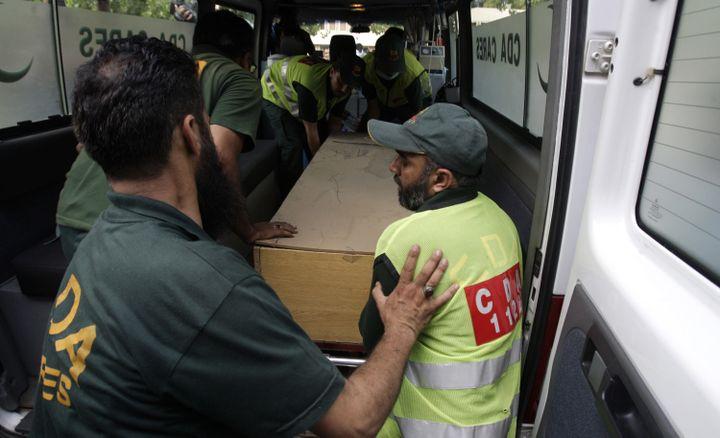 Le corps d'une des victimes de l'attentat au camp de base du Nanga Parbatarriveà Islamabad (Pakistan), le 23 juin 2013. (STRINGER PAKISTAN / REUTERS)