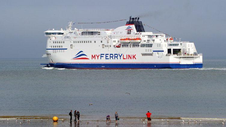 """Le """"Berlioz"""", un navire de la compagnie MyFerryLink, le 20 août 2012, à Calais (Pas-de-Calais). (PHILIPPE HUGUEN / AFP)"""