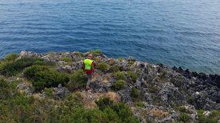 Un secouriste à la recherche de Simon Gauthier, le 16 août 2019, près de Policastro en Italie. (HO / AFP)