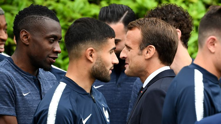 Emmanuel Macron à Clairefontaine, le 5 juin 2018, avant le début de la Coupe du monde en Russie. (FRANCK FIFE / AFP)