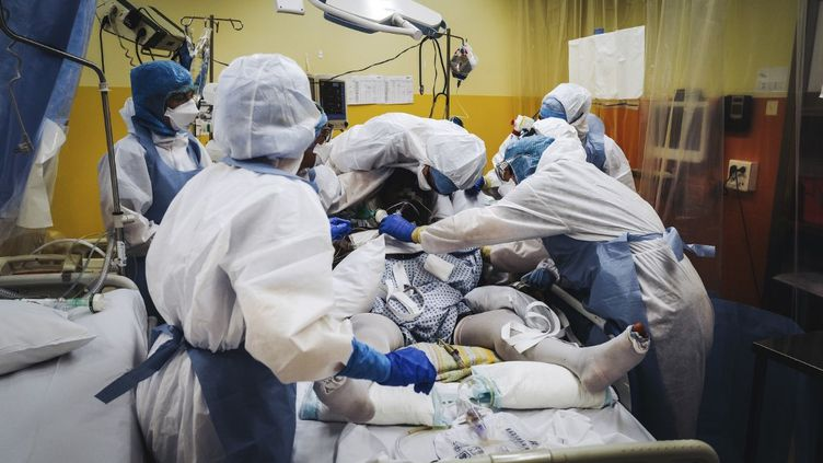 Une équipe du service de réanimation de l'hôpital franco-britannique de Levallois-Perret (Hauts-de-Seine) le 9 avril 2020 en pleine pandémie de coronavirus. (LUCAS BARIOULET / AFP)