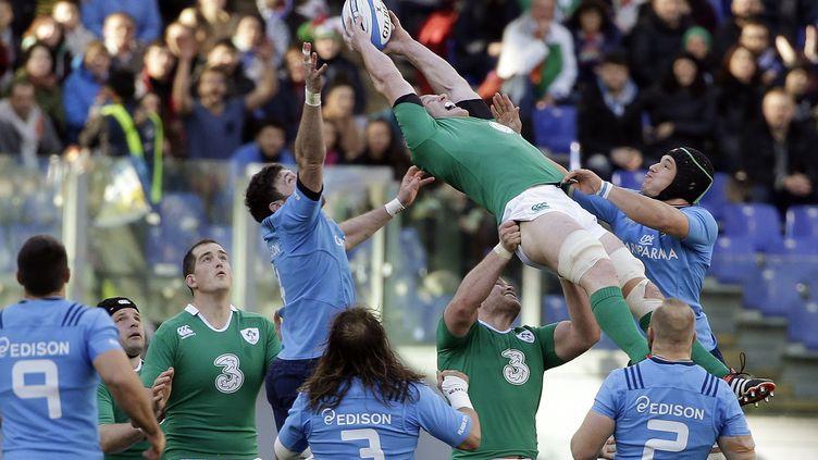 L'Irlandais Paul O'Connell récupère la balle lors du match des Six nations contre l'Italie, samedi 7 février. (MAX ROSSI / REUTERS)