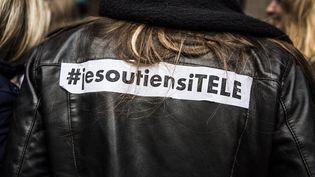 Un manifestant soutenant les salariés d'i-Télé, devant les locaux de la chaîne à Boulogne (Hauts-de-Seine), le 4 novembre 2016. (YANN CASTANIER / HANS LUCAS / AFP)
