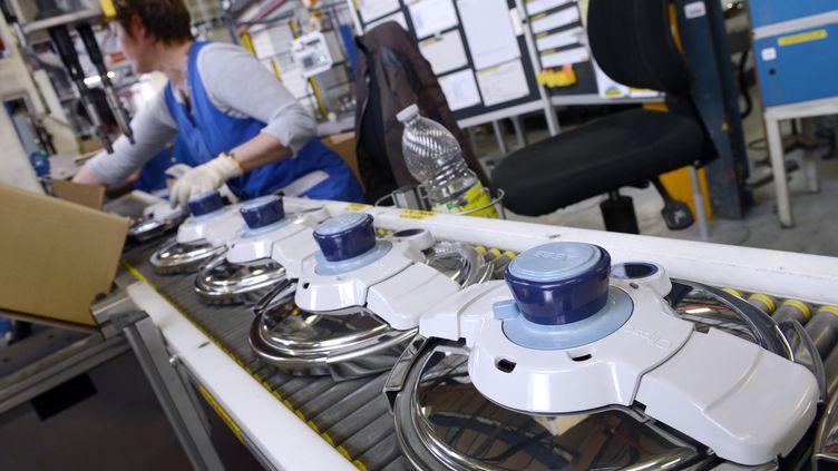 Une ligne de fabrication de couvercles de Cocotte-Minute, dans l'usine SEB de Selongey (Côte-d'Or),le 26 avril 2013. (PHILIPPE DESMAZES / AFP)