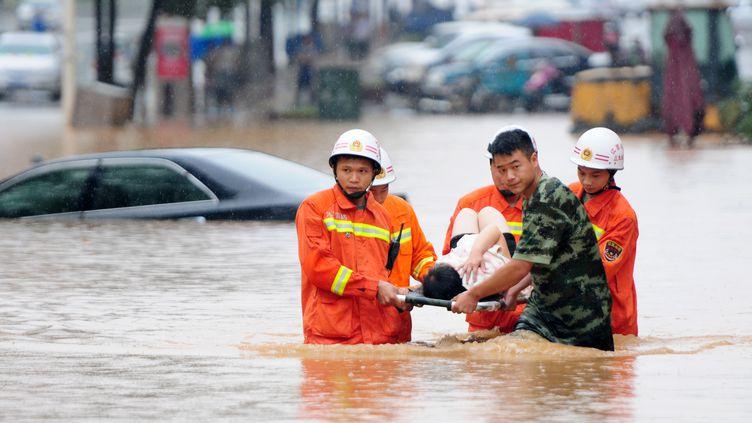 Chine : les sauveteurs évacuent un résidentde la ville de Jiujiang, province de Jiangxi, le 15 juin 2016. (HU GUOLIN / IMAGINECHINA / AFP)
