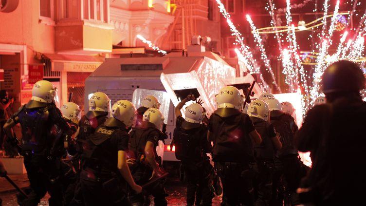 Des manifestants tirent des feux d'artifice contre les policiers, le 10 septembre 2013 à Istanbul (Turquie). (GURCAN OZTURK / AFP)