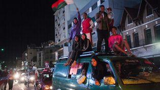 Les supporters del'équipe nationale de football de Madagascar célèbrent dans les rues d'Antananarivo, le 30 juin 2019, la victoire de leur équipecontre le Nigeria. (RIJASOLO / AFP)