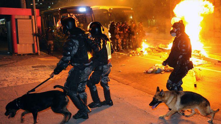 Des policiers interviennent lors de manifestations, le 19 juin 2013 à Niteroi (Brésil). (TASSO MARCELO / AFP)