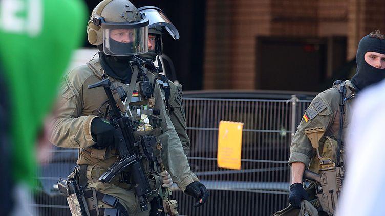Des policiers allemands devant la gare de Cologne (Allemagne), le 15 octobre 2018. (OLIVER BERG / DPA / AFP)