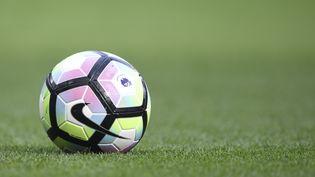 Un ballon de football lors d'un match du championnat anglais entre Chelsea et Leicester City, le 15 octobre 2016, à Londres. (JAVIER GARCIA / BACKPAGE IMAGES LTD / AFP)
