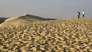 Des touristes sur la dune du Pilat(Gironde), le 25 avril 2018.. (PHILIPPE ROY / AFP)
